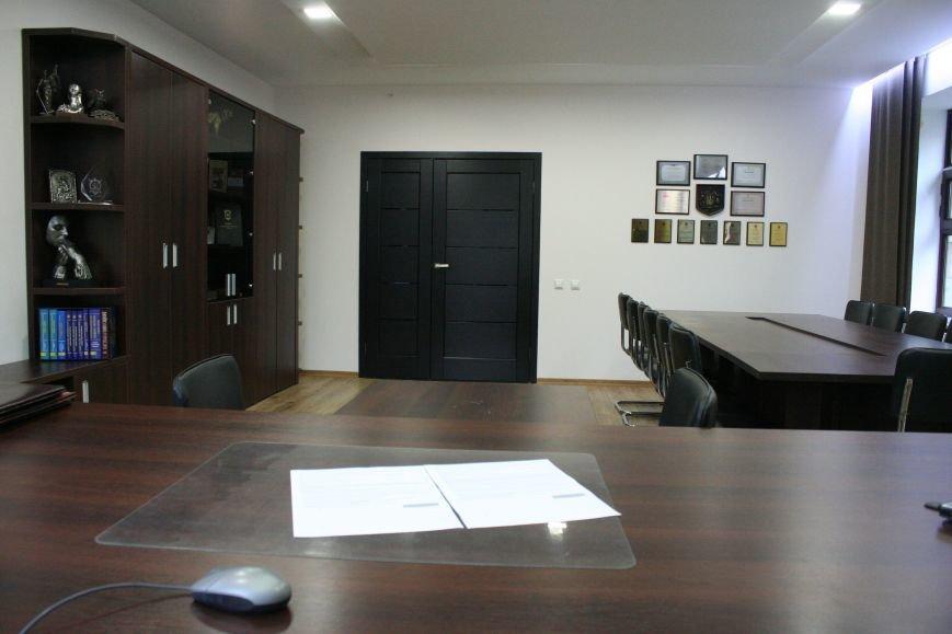 Рабочий кабинет Романа Мазурика: книги о Черчилле, именной блокнот и подарочное сало, фото-4