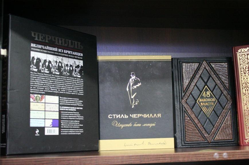 Рабочий кабинет Романа Мазурика: книги о Черчилле, именной блокнот и подарочное сало, фото-10
