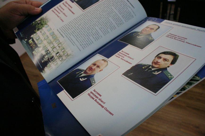 Рабочий кабинет Романа Мазурика: книги о Черчилле, именной блокнот и подарочное сало, фото-11