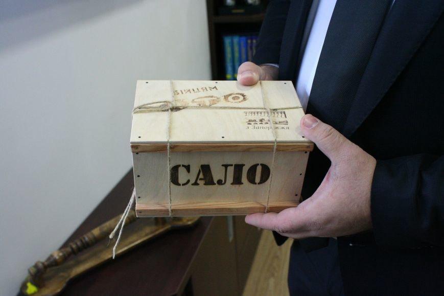 Рабочий кабинет Романа Мазурика: книги о Черчилле, именной блокнот и подарочное сало, фото-14