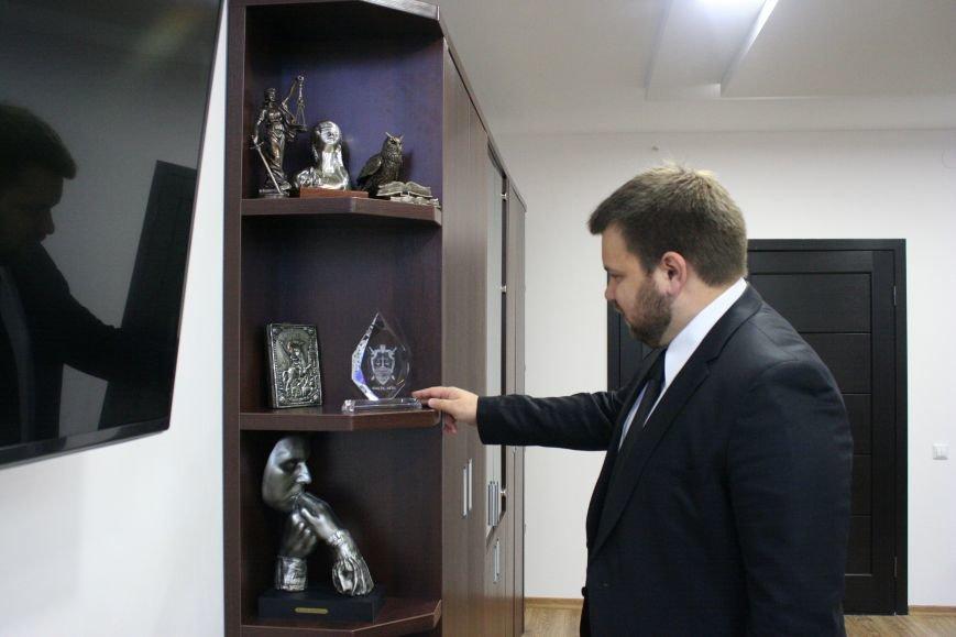 Рабочий кабинет Романа Мазурика: книги о Черчилле, именной блокнот и подарочное сало, фото-7