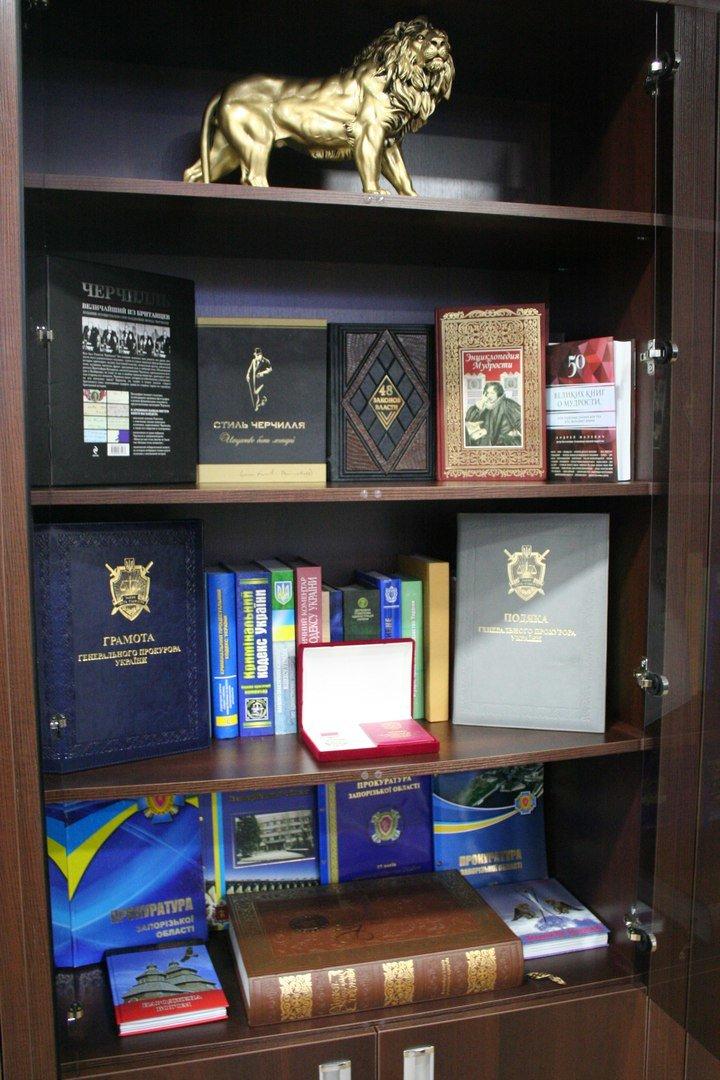 Рабочий кабинет Романа Мазурика: книги о Черчилле, именной блокнот и подарочное сало, фото-9