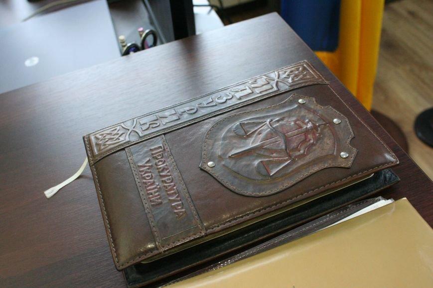Рабочий кабинет Романа Мазурика: книги о Черчилле, именной блокнот и подарочное сало, фото-13