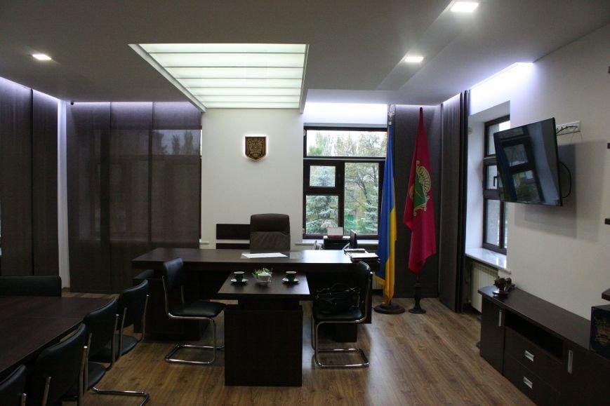 Рабочий кабинет Романа Мазурика: книги о Черчилле, именной блокнот и подарочное сало, фото-2