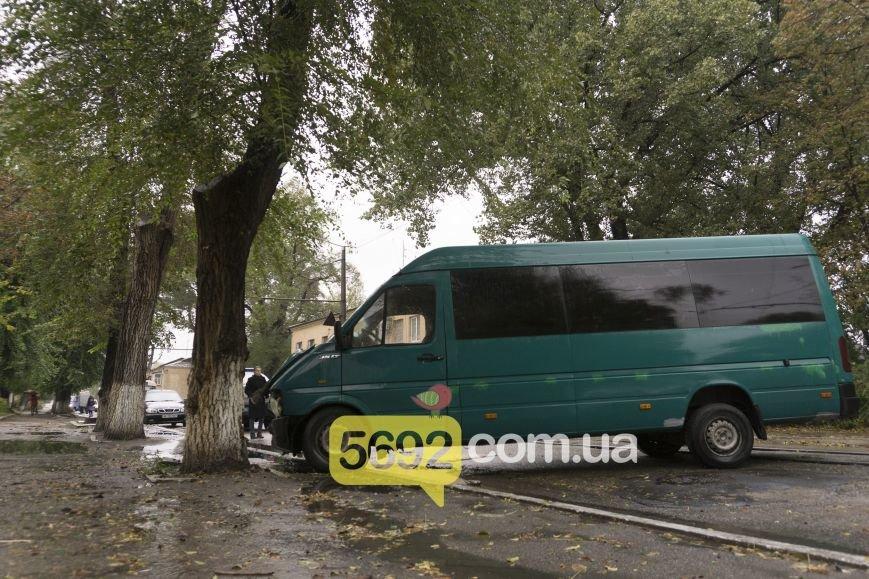 В Каменском в ДТП на улице Спортивной микроавтобус Volkswagen врезался в дерево, фото-3