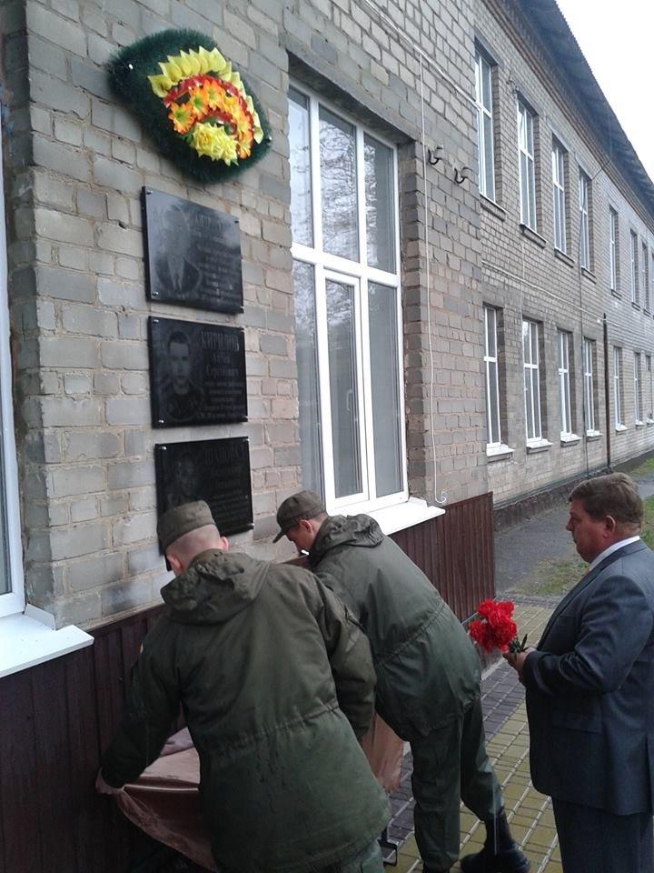 Под Кремечнчугом, в Песчаном открыли три памятных доски, посвященных погибшим в АТО военным, фото-11