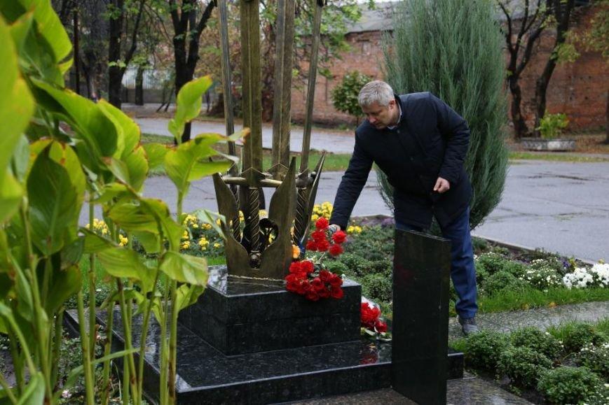 Кременчужане возложили цветы к памятнику погибшим защитникам Украины (ФОТО), фото-10