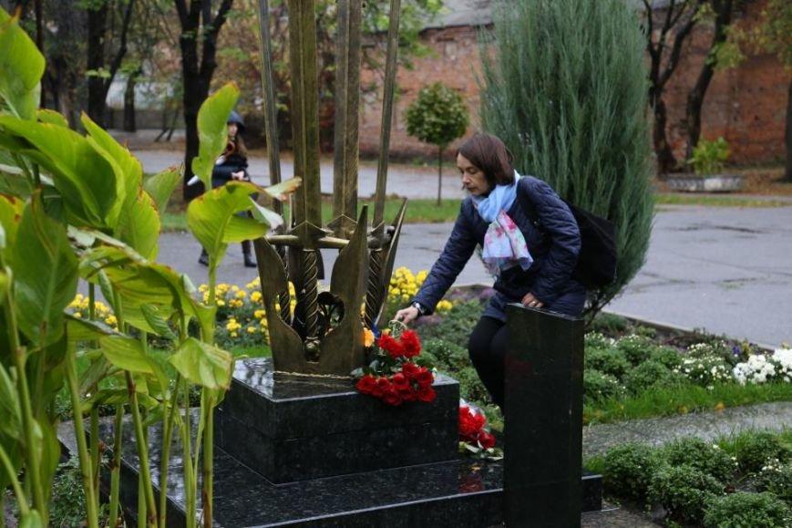 Кременчужане возложили цветы к памятнику погибшим защитникам Украины (ФОТО), фото-8