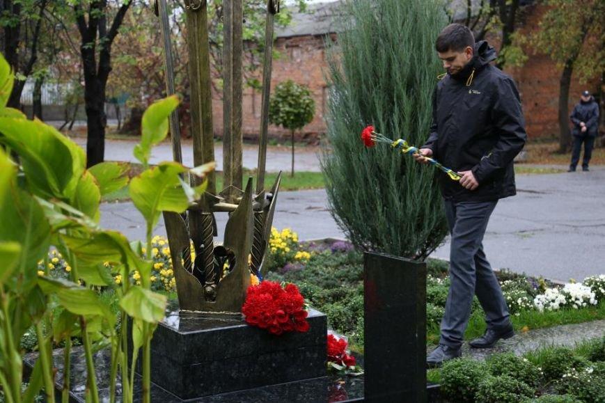 Кременчужане возложили цветы к памятнику погибшим защитникам Украины (ФОТО), фото-13