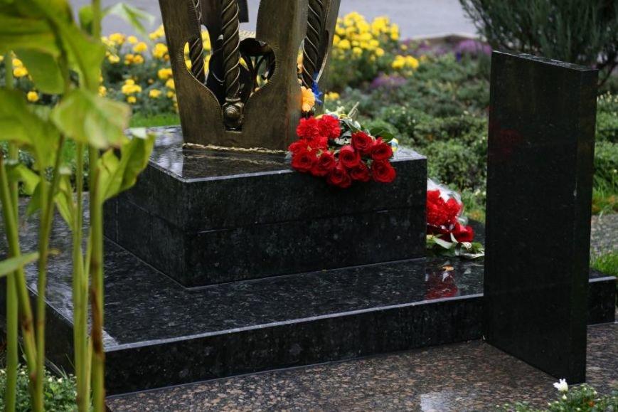 Кременчужане возложили цветы к памятнику погибшим защитникам Украины (ФОТО), фото-9
