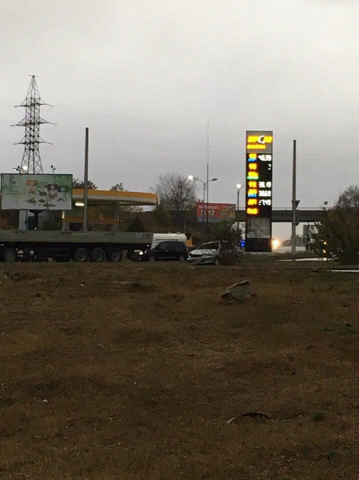 На окраине Симферополя МАЗ не разминулся с ВАЗом: пострадал водитель легковушки (ФОТО), фото-1