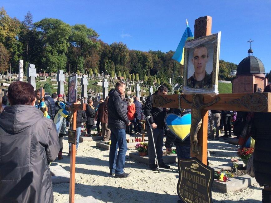 Львів'яни поклали квіти та запалили лампадки біля могил загиблих бійців АТО (ФОТОРЕПОРТАЖ), фото-11