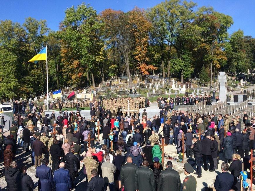 Львів'яни поклали квіти та запалили лампадки біля могил загиблих бійців АТО (ФОТОРЕПОРТАЖ), фото-4