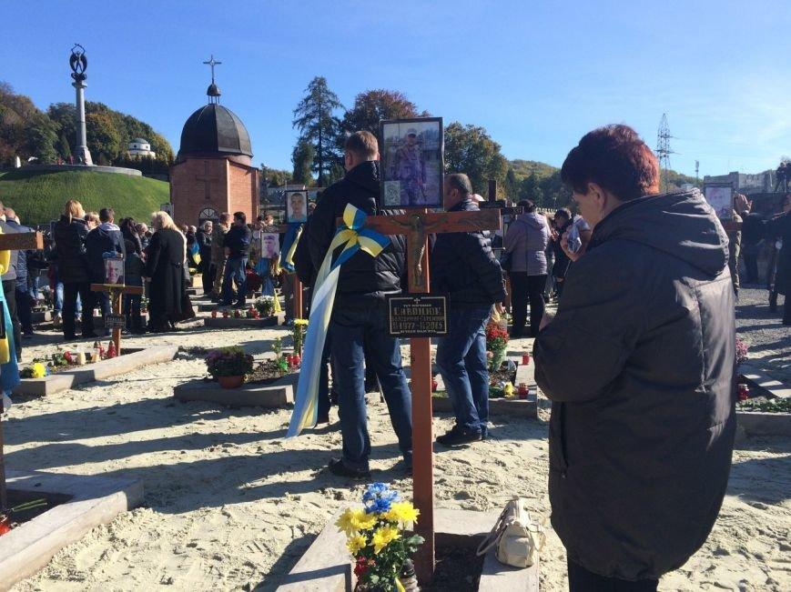 Львів'яни поклали квіти та запалили лампадки біля могил загиблих бійців АТО (ФОТОРЕПОРТАЖ), фото-1