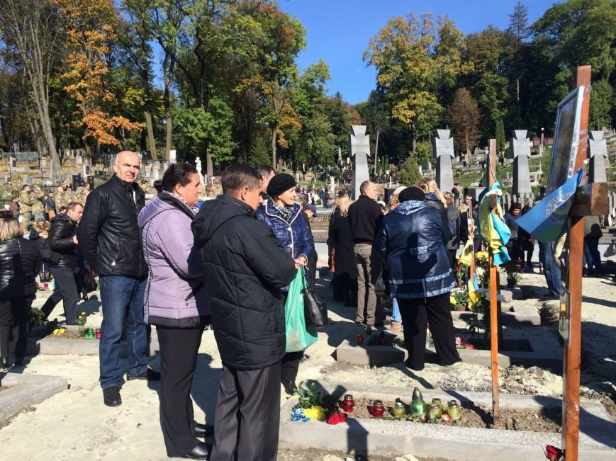 Львів'яни поклали квіти та запалили лампадки біля могил загиблих бійців АТО (ФОТОРЕПОРТАЖ), фото-6