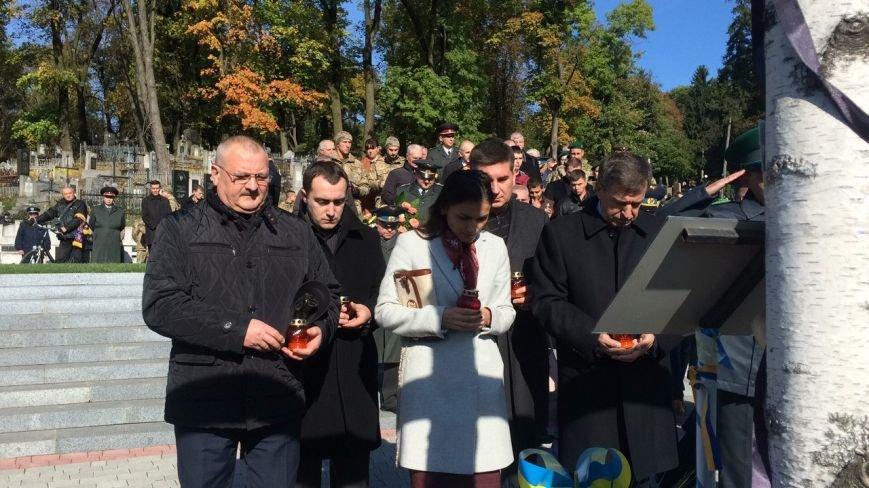 Львів'яни поклали квіти та запалили лампадки біля могил загиблих бійців АТО (ФОТОРЕПОРТАЖ), фото-3