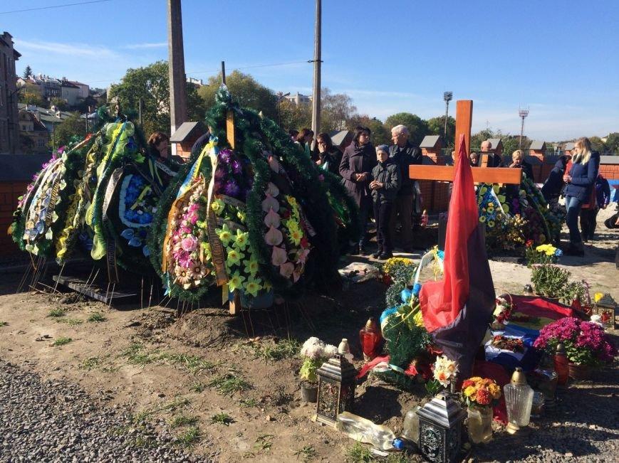 Львів'яни поклали квіти та запалили лампадки біля могил загиблих бійців АТО (ФОТОРЕПОРТАЖ), фото-2
