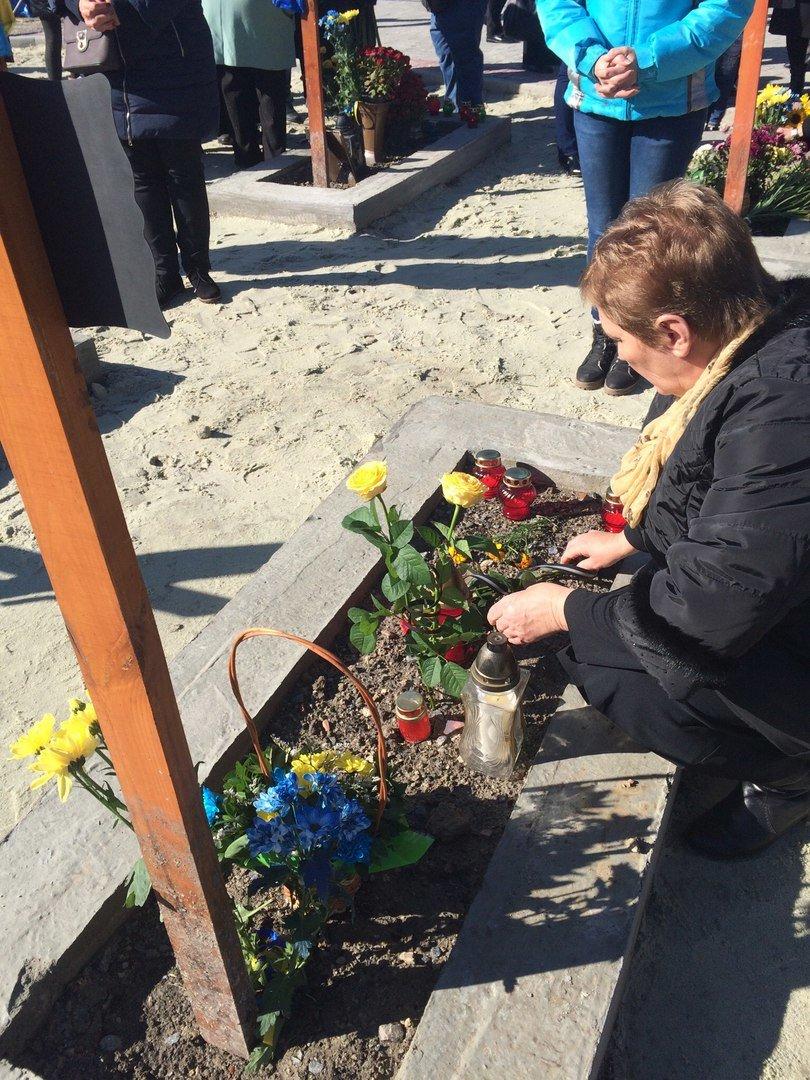 Львів'яни поклали квіти та запалили лампадки біля могил загиблих бійців АТО (ФОТОРЕПОРТАЖ), фото-13