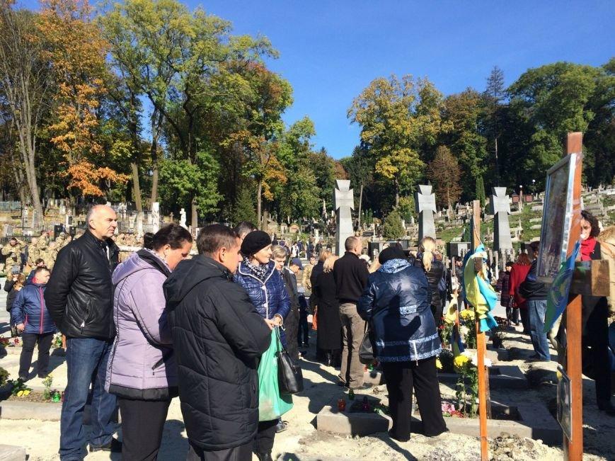 Львів'яни поклали квіти та запалили лампадки біля могил загиблих бійців АТО (ФОТОРЕПОРТАЖ), фото-14