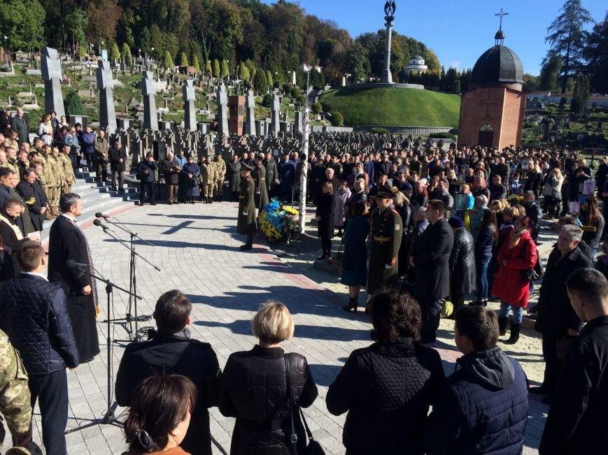 Львів'яни поклали квіти та запалили лампадки біля могил загиблих бійців АТО (ФОТОРЕПОРТАЖ), фото-16