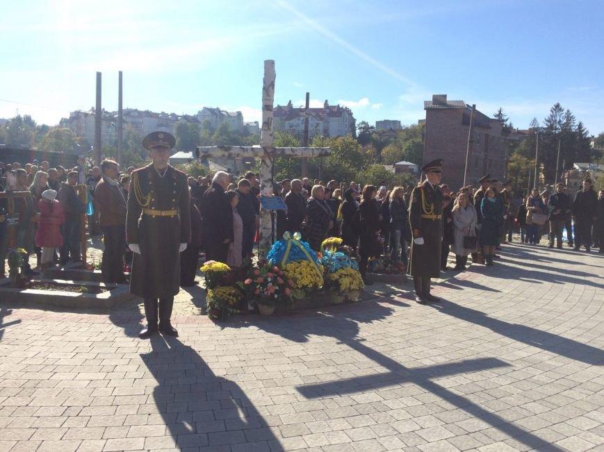 Львів'яни поклали квіти та запалили лампадки біля могил загиблих бійців АТО (ФОТОРЕПОРТАЖ), фото-10