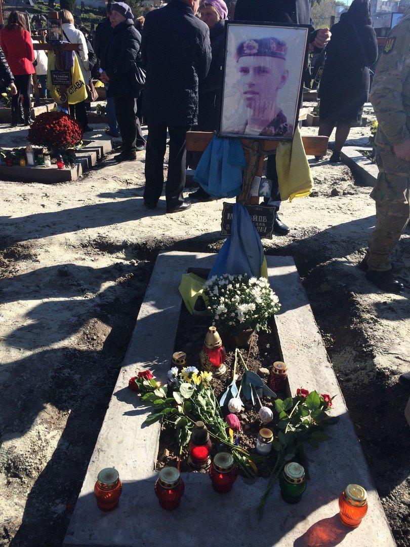 Львів'яни поклали квіти та запалили лампадки біля могил загиблих бійців АТО (ФОТОРЕПОРТАЖ), фото-12