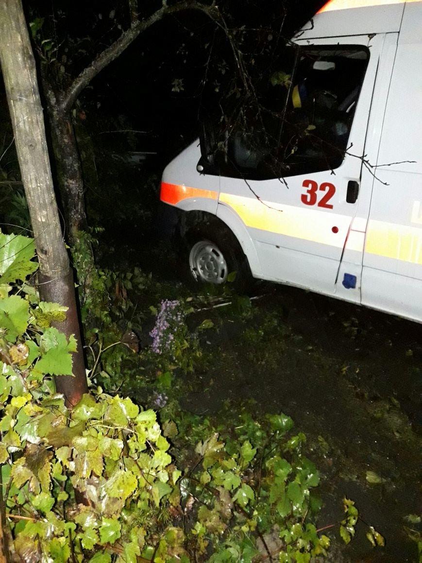 В Каменском застрявшую в грязи скорую пришлось доставать спасателям, фото-1