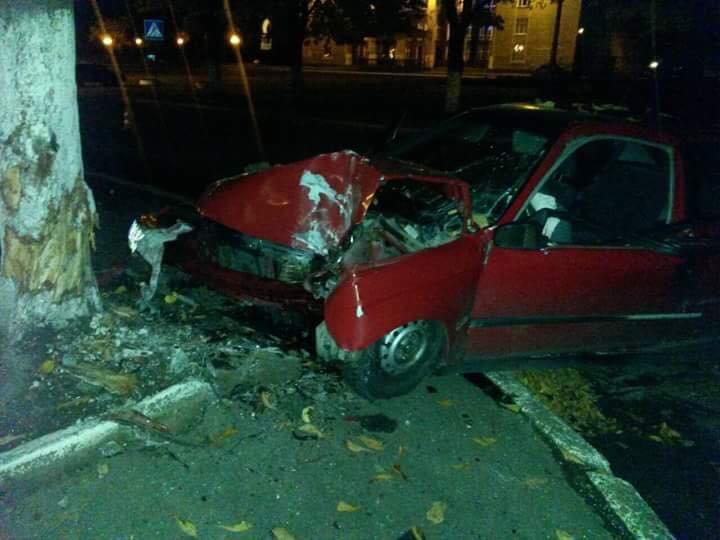 Нетвереза дівчина за кермом автомобіля збила людину і влетіла у дерево (ФОТО), фото-1