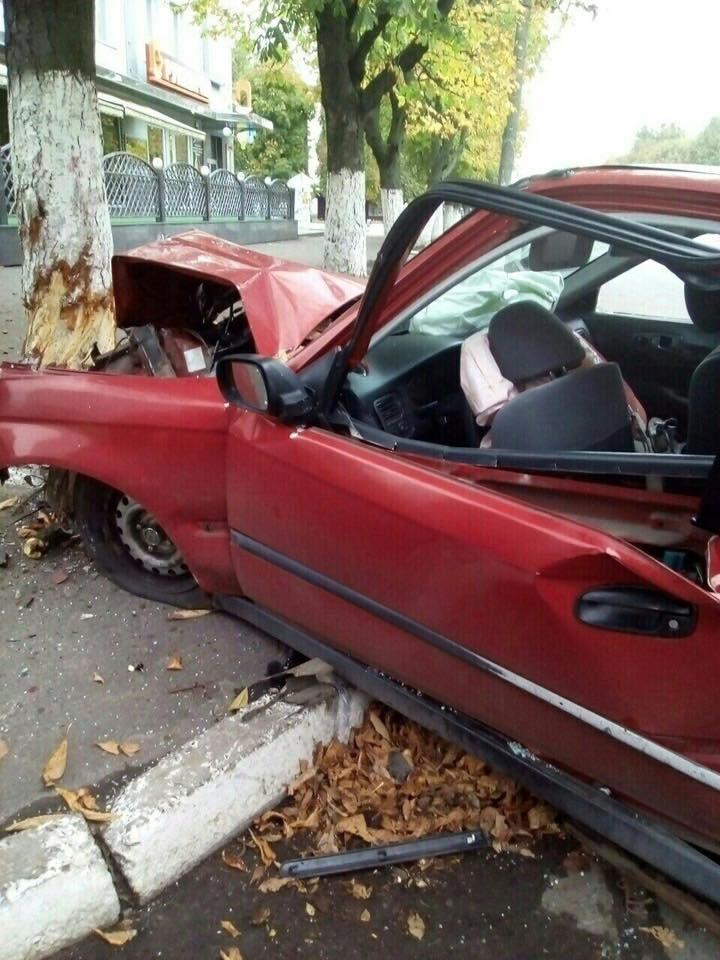 Нетвереза дівчина за кермом автомобіля збила людину і влетіла у дерево (ФОТО), фото-4