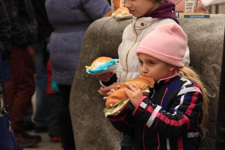 Кошмар диетолога: в Запорожье у фонтана на Маяковского соорудили рекордный бутерброд, - ФОТО, фото-4