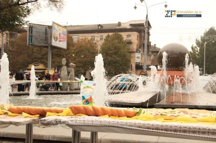 Кошмар диетолога: в Запорожье у фонтана на Маяковского соорудили рекордный бутерброд, - ФОТО, фото-3