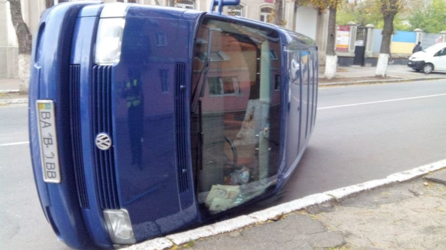 "ДТП в Кропивницком: ""ВАЗ"" перевернул микроавтобус (ФОТО), фото-1"