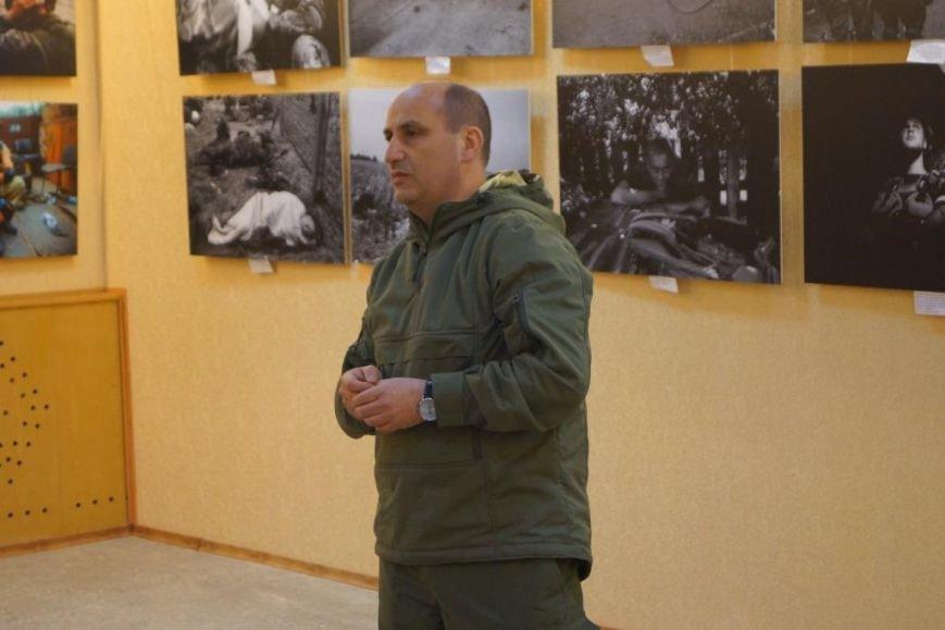 В Бахмуте открылась фотовыставка о событиях в Иловайске, фото-1