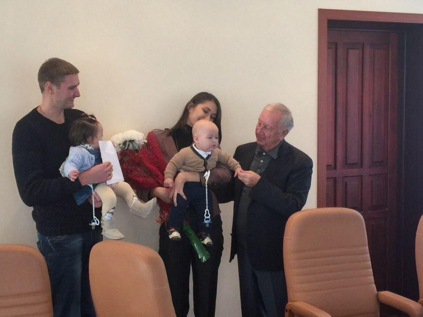 Валерий Хмельнюк поздравил семью, родившую двойню на День города (+фото), фото-1
