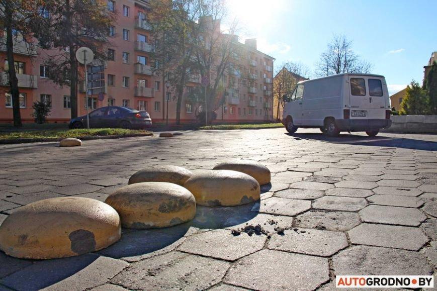 """Суровый белорусский керлинг: в Гродно автовладельцы за 2 месяца разбросали по тротуару бетонные """"ограничители парковки"""", фото-7"""