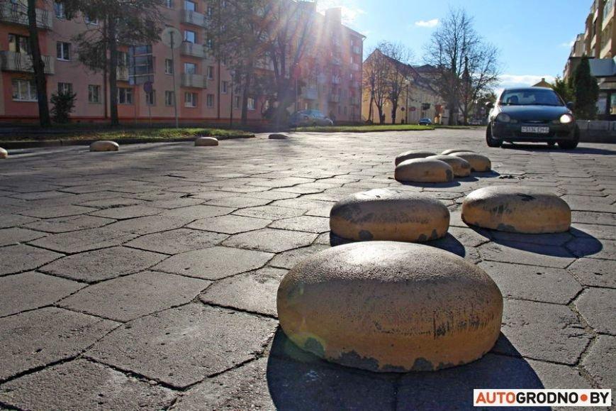 """Суровый белорусский керлинг: в Гродно автовладельцы за 2 месяца разбросали по тротуару бетонные """"ограничители парковки"""", фото-6"""