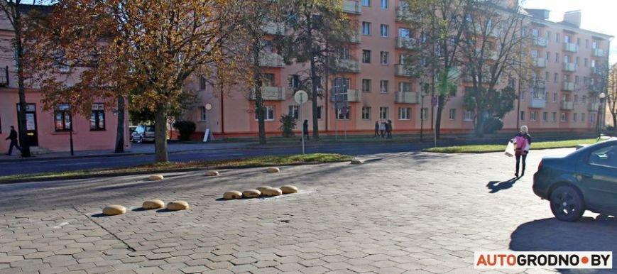 """Суровый белорусский керлинг: в Гродно автовладельцы за 2 месяца разбросали по тротуару бетонные """"ограничители парковки"""", фото-5"""
