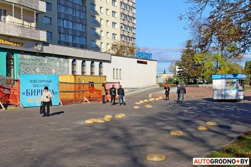 """Суровый белорусский керлинг: в Гродно автовладельцы за 2 месяца разбросали по тротуару бетонные """"ограничители парковки"""", фото-2"""