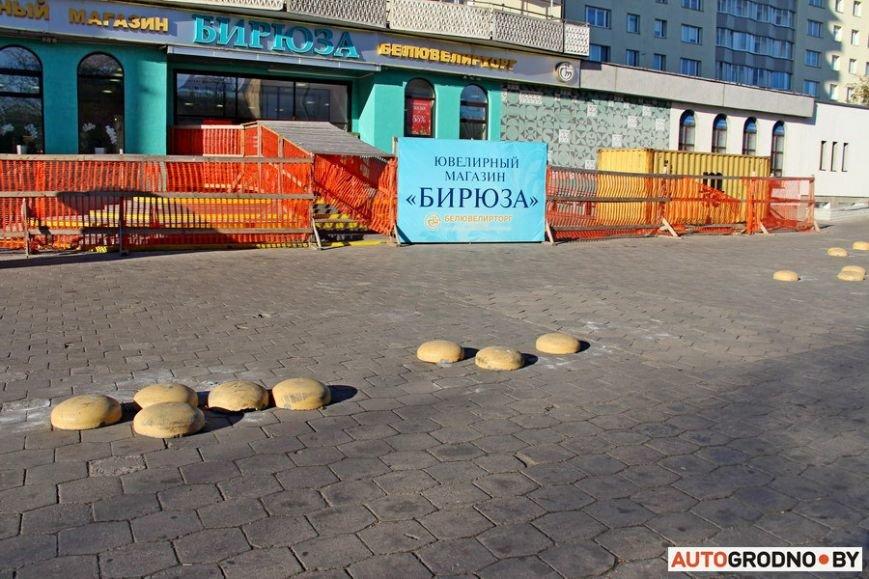 """Суровый белорусский керлинг: в Гродно автовладельцы за 2 месяца разбросали по тротуару бетонные """"ограничители парковки"""", фото-8"""