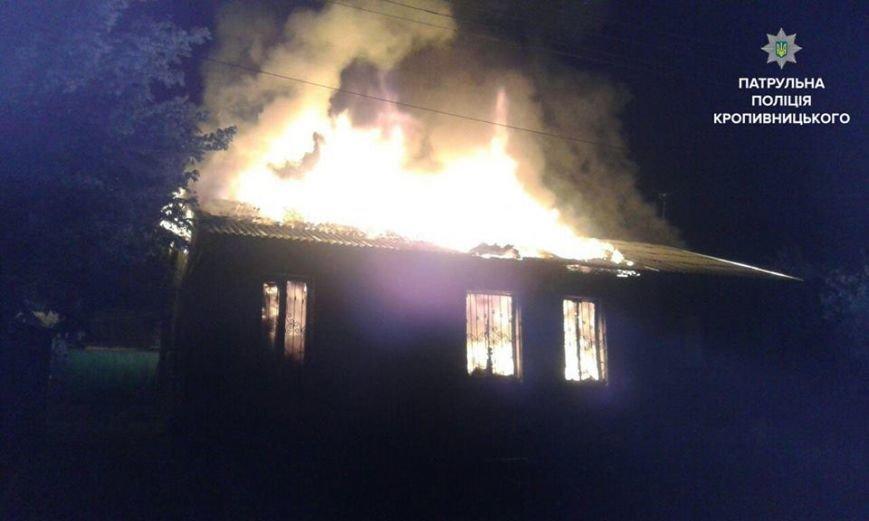 В Кропивницком патрульные спасли семью, которая спала в горящем доме (ФОТО), фото-1