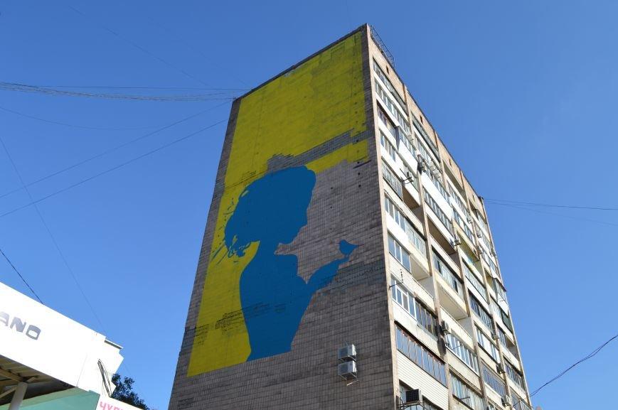 На площади Пушкина в Запорожье почти нарисовали патриотичный мурал, - ФОТО, фото-3
