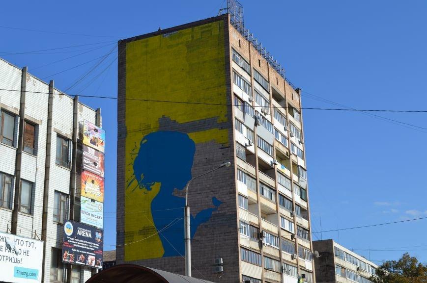 На площади Пушкина в Запорожье почти нарисовали патриотичный мурал, - ФОТО, фото-2