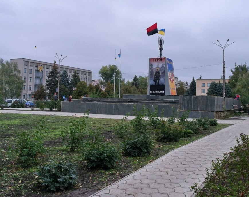 В Токмаке постамент Ленина превратили в мемориал воинам АТО, - ФОТОФАКТ, фото-2