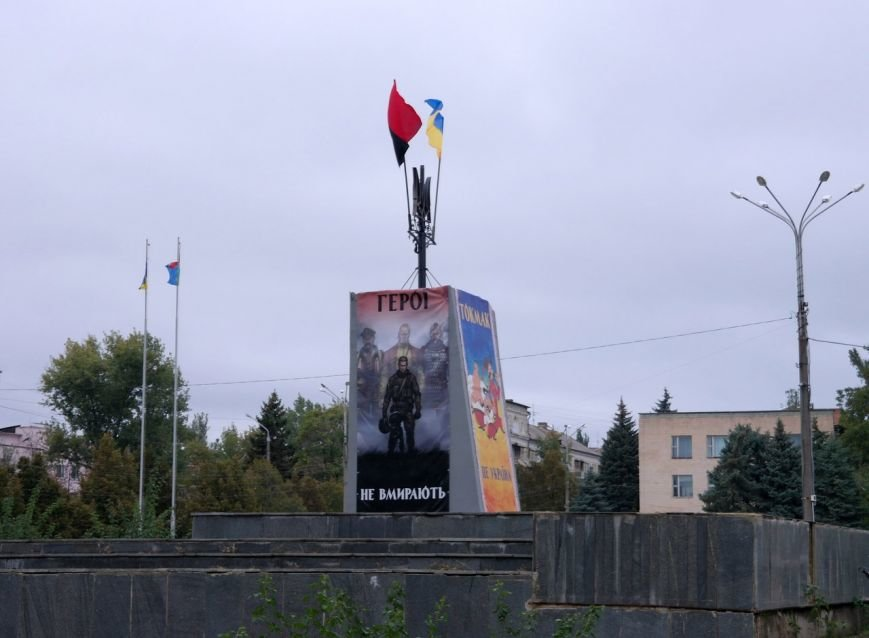 В Токмаке постамент Ленина превратили в мемориал воинам АТО, - ФОТОФАКТ, фото-1