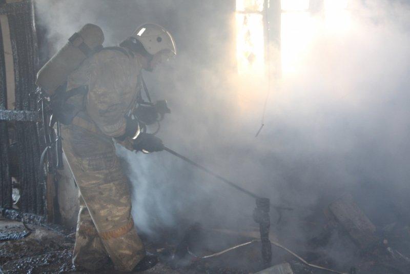 В Симферополе более двух часов тушили пожар на мебельном складе (ФОТО), фото-1