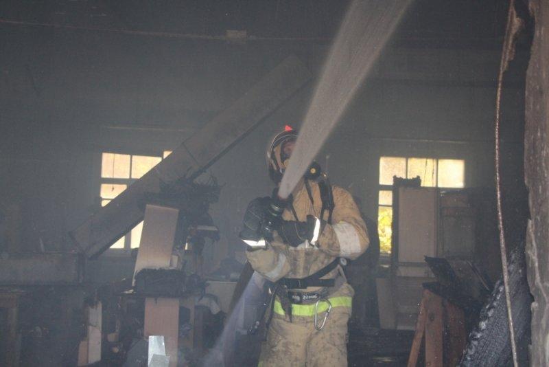 В Симферополе более двух часов тушили пожар на мебельном складе (ФОТО), фото-3