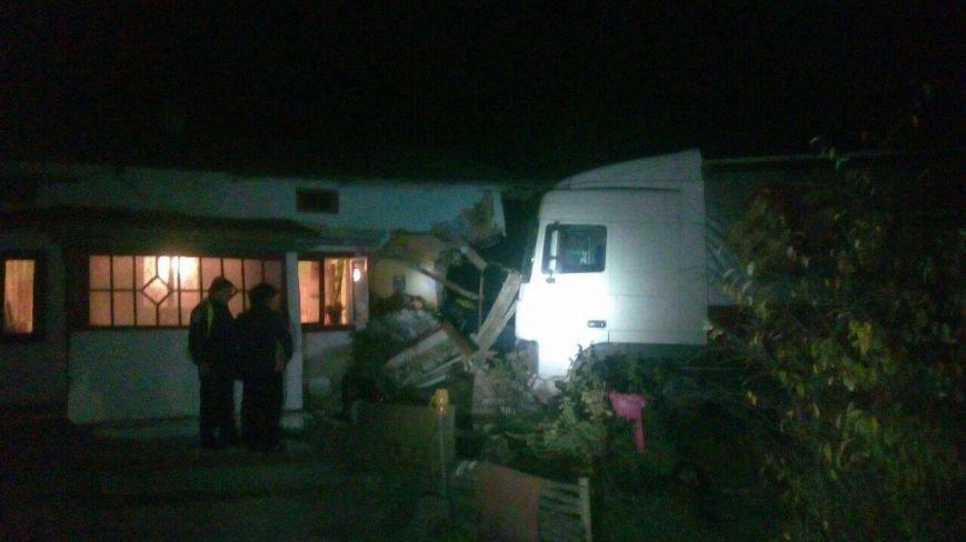 На Львівщині вантажівка з'їхала з дороги і врізалася в житловий будинок (ФОТО), фото-2