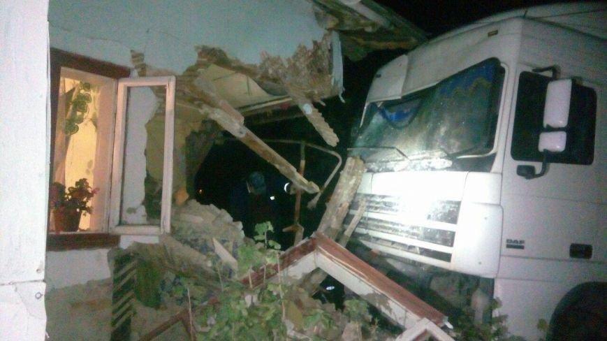 На Львівщині вантажівка з'їхала з дороги і врізалася в житловий будинок (ФОТО), фото-1