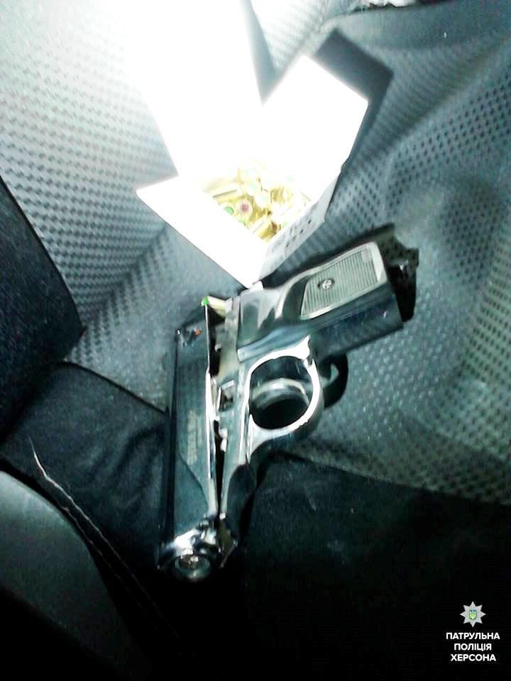 В Херсоне у нетрезвого водителя обнаружили предметы, похожие на оружие (фото), фото-1