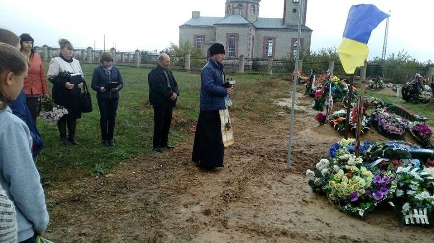 На Херсонщине состоялся митинг-реквием, на котором освятили памятник бойцу, погибшему в зоне АТО (фото), фото-1